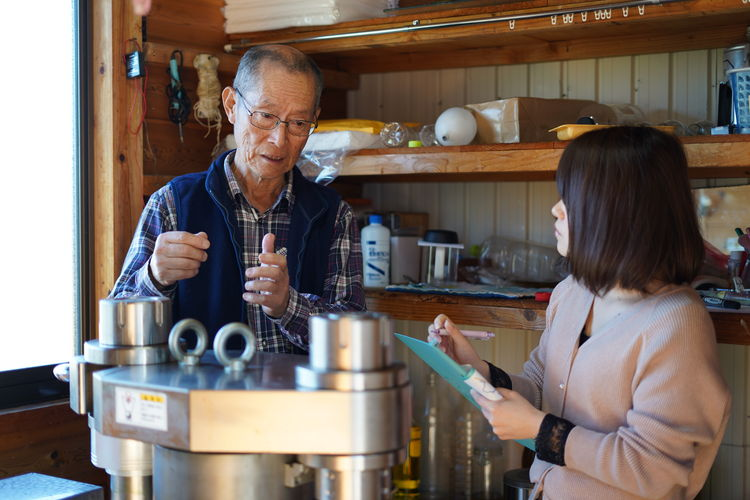 搾油所で永田さんへインタビュー